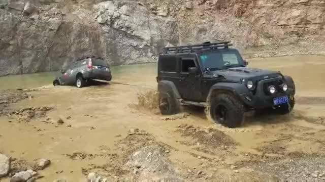 视频:只因哈弗H3去河里洗了趟澡,被牧马人强行拖出