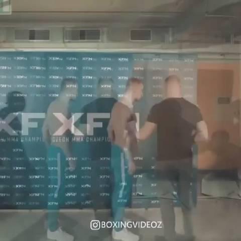 捷克最大的赛事组织XFN上意外的一幕倒地小伙大眼睛很像