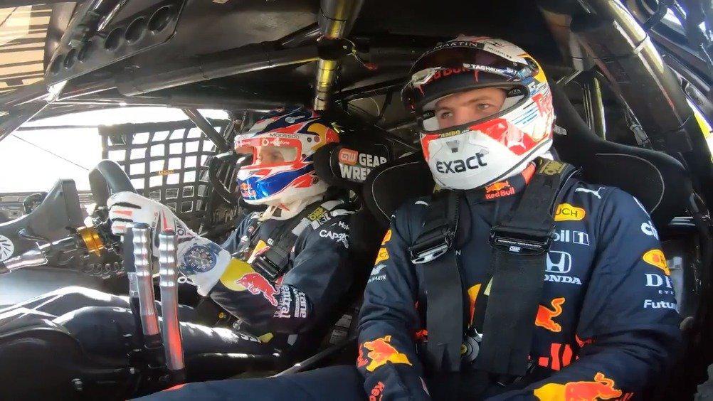 澳洲Supercars冠军车手Jamie Whincup带着小维斯塔潘在墨尔本阿尔伯特