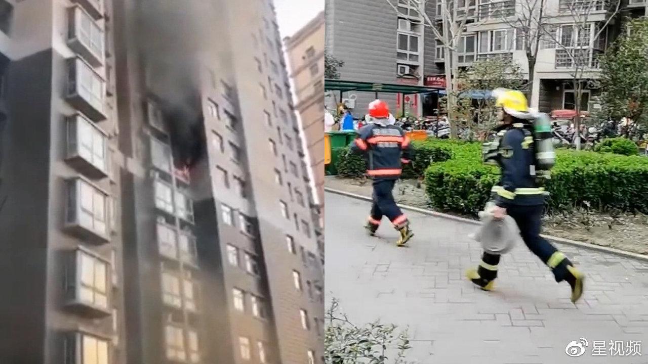 """小区起火,奥迪车""""堵路""""消防车进不来,消防队员徒步救援"""