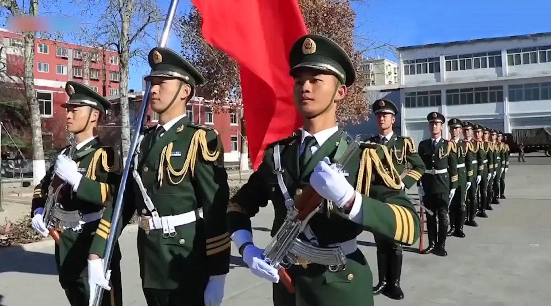 武警战士分列式表演,挺拔的身姿英姿飒爽,坚定的步伐雷厉风行!