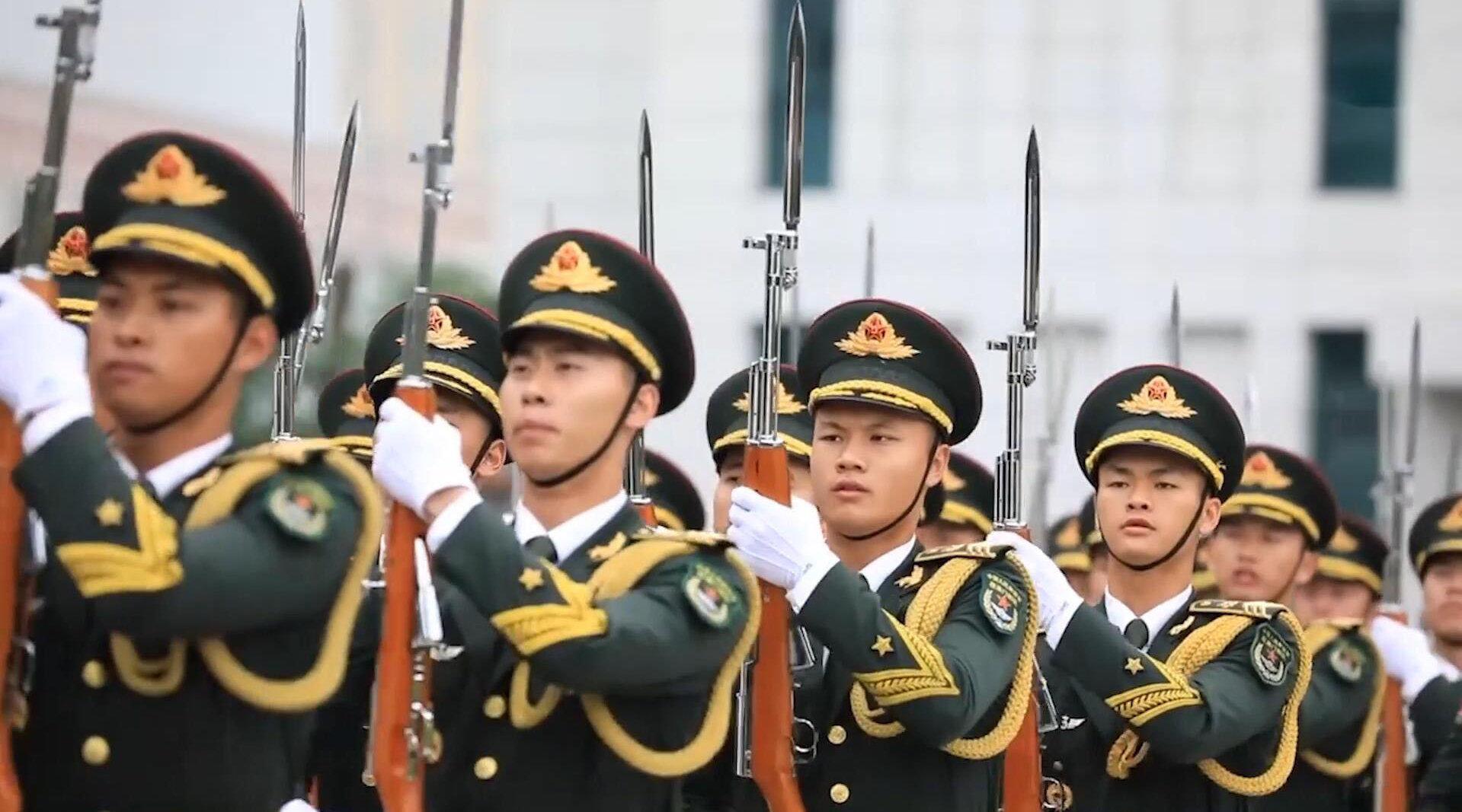 群众相聚驻澳门部队军营开放日,仪仗队举行威武庄严的升旗仪式!