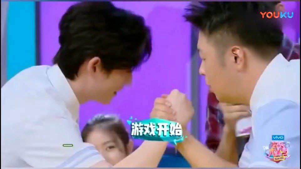 朱一龙和杜海涛在 扳手腕,龙哥这是综艺节目,你看吧海涛憋的