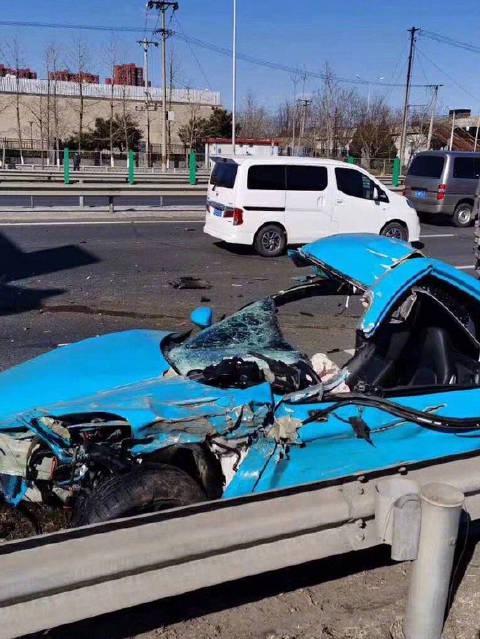 据网友,京沈高速欢乐谷附近发生一起交通事故,蓝色超跑受损严重