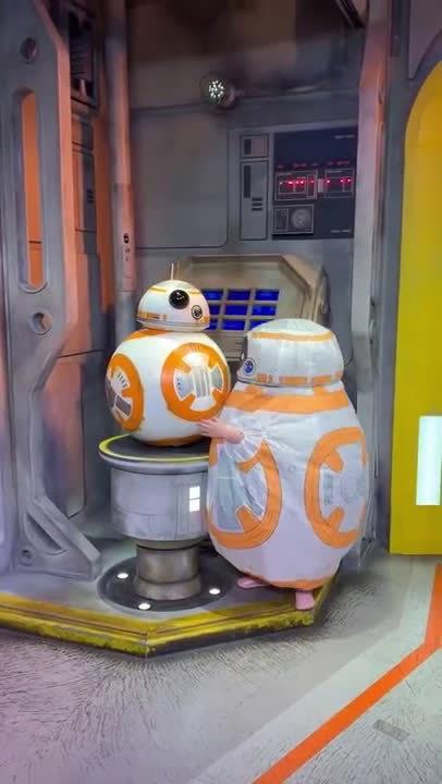 4岁小女孩装扮成BB-8机器人来到迪士尼乐园星战园区