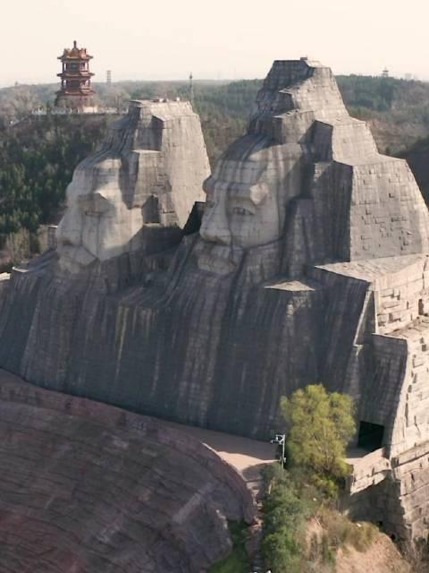 炎黄二帝巨塑背依邙山,面向黄河,塑像高106米,雕塑中高者为炎帝