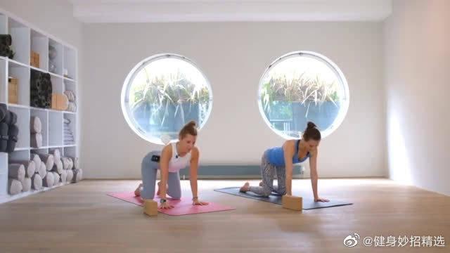 准备好瑜伽垫和砖,变苗条有气质的瑜伽经典课来了,开练