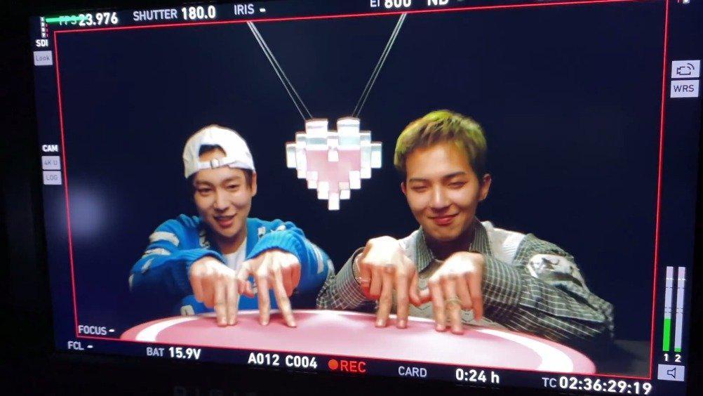 23日YG娱乐惊喜公开了 先公开歌曲《Hold》MV中 和 跳的情侣手指舞