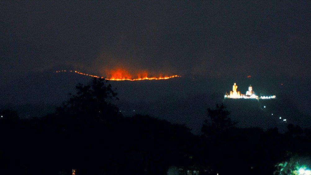 清迈山火在我家后院拍的,估计明天又是雾霾天。