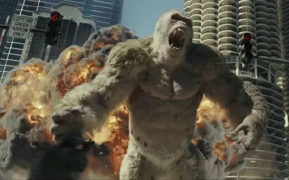 《狂暴巨兽》 巨石强森饰演的灵长类动物学家与大猩猩乔治有着极为深