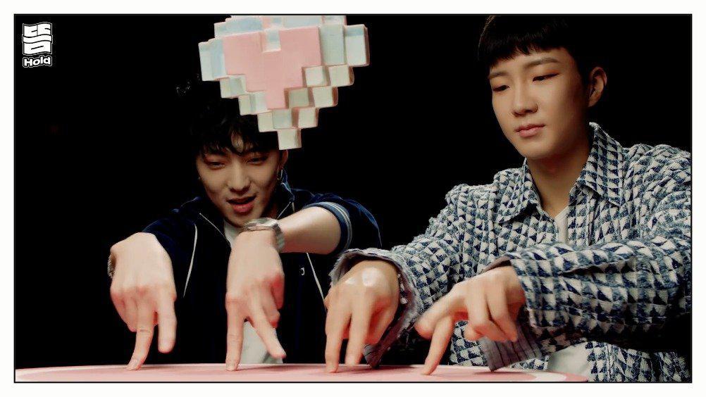 25日YG娱乐公开了WINNER先公开歌曲《Hold》MV中的完整版手指舞