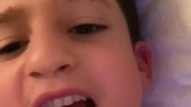 断眉Charlie Puth用snapchat返老还童滤镜录制了一段对嘴视频。