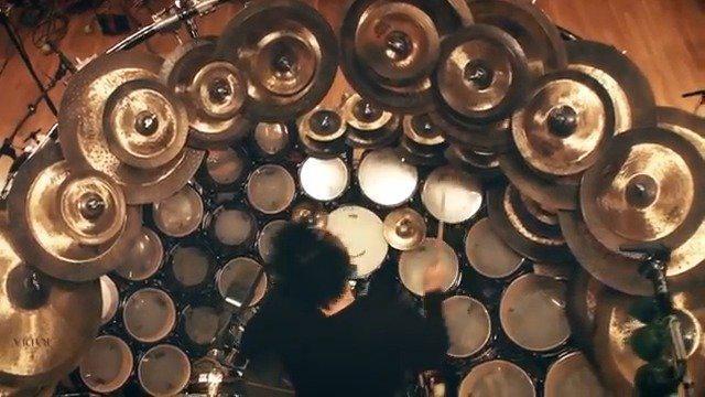 巨大的鼓组!Terry Bozzio是曾获得过格莱美的鼓手