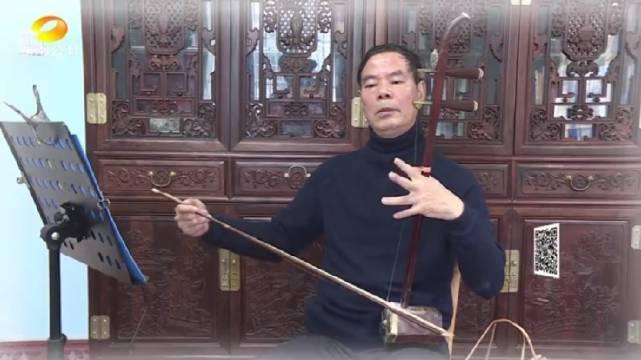 长沙:七旬老人爱二胡拉支曲子献祖国