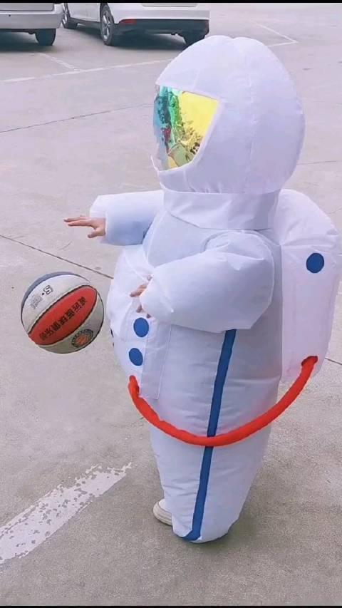 小太空人拍皮球。。。这也太可爱了吧