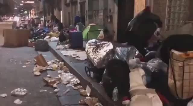 新冠疫情期间洛杉矶,雨天里无家可归的流浪者!