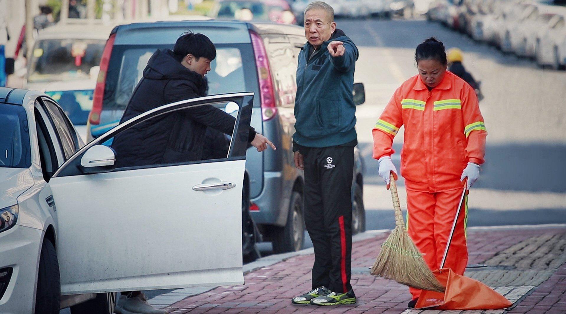 环卫工制止乱扔垃圾遭刁难,看到这一幕的路人都忍不住了