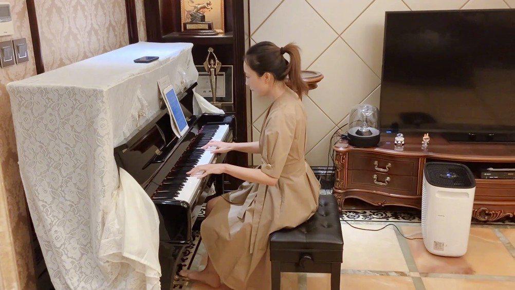 导演姚婷婷今晚在直播中展示了一下钢琴才艺