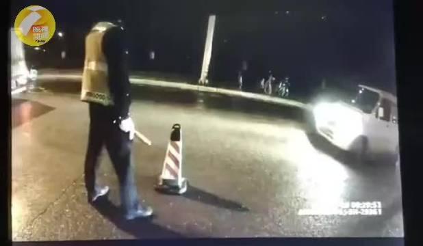 西安 酒驾强行闯卡致交警骨折受伤!