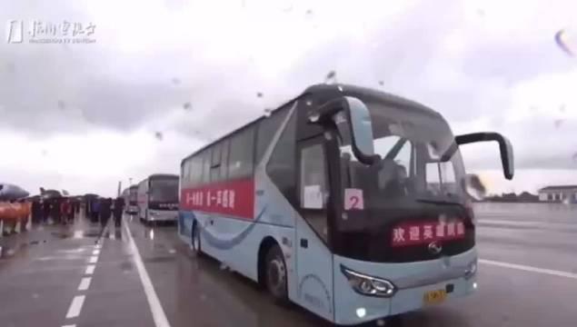 浙江第三批返浙医疗队凯旋!333人乘包机抵达杭州萧山国际机场
