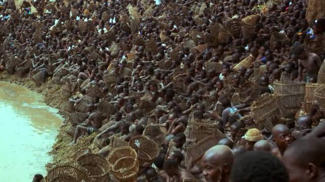 非洲自由人捕鱼,他们将鱼篓塞进湖底捕鱼,场面十分震撼
