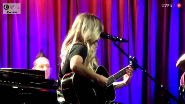 艾薇儿Avril Lavigne在格莱美音乐博物馆不插电表演热单