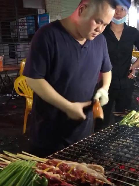 岳云鹏什么时候开始做烧烤生意了   太像了吧