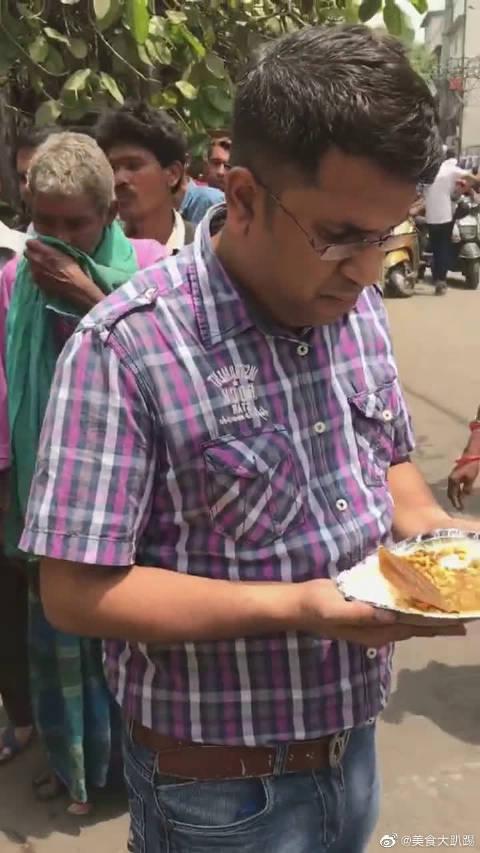 印度富人发放免费食物,看到饭菜我很反胃!你确定这是给人吃的?