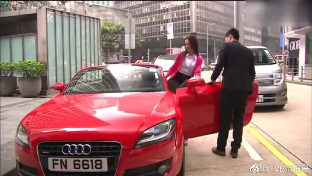 果然女人对豪车是没有抵抗力的,黄宗泽开豪车接女朋友的架势让人羡慕