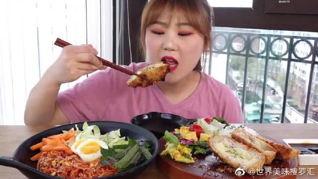 韩国吃货小姐姐,吃辣拌面+芝士炸猪排,看她吃得真享受