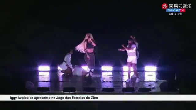 一鸡Iggy Azalea一次在巴西演唱《Black Widow》的时候,一名伴舞突发