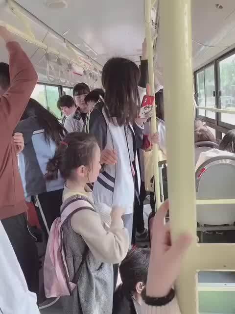 小女孩坐过站了一直哭,担心她不会坐返程公交,两个高中小姐姐陪她一