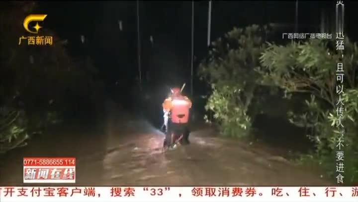 贺州:3人被洪水围困,消防员驾橡皮艇营救 新闻在线0328