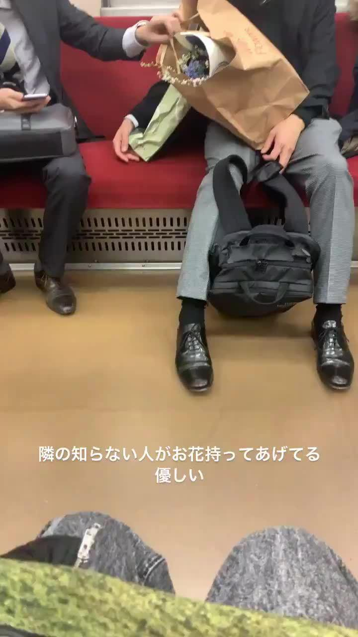 工作结束买了花,手上行李一大堆的男子在电车上睡着了(28日23点左右