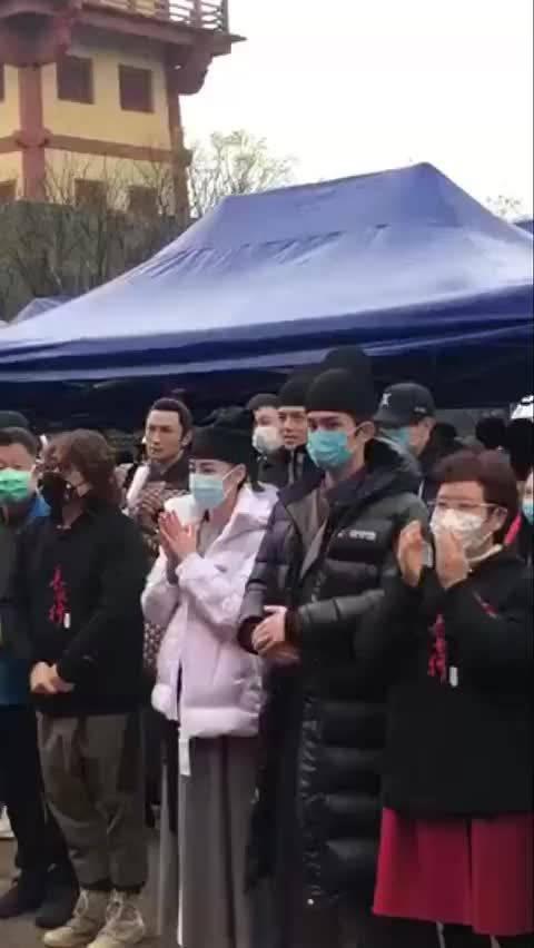 来康康《长歌行》开机路透,吴磊、迪丽热巴以古装扮相戴口罩现身