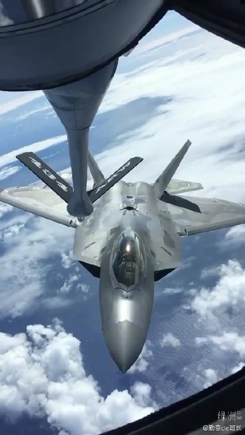 美军战机空中加油瞬间