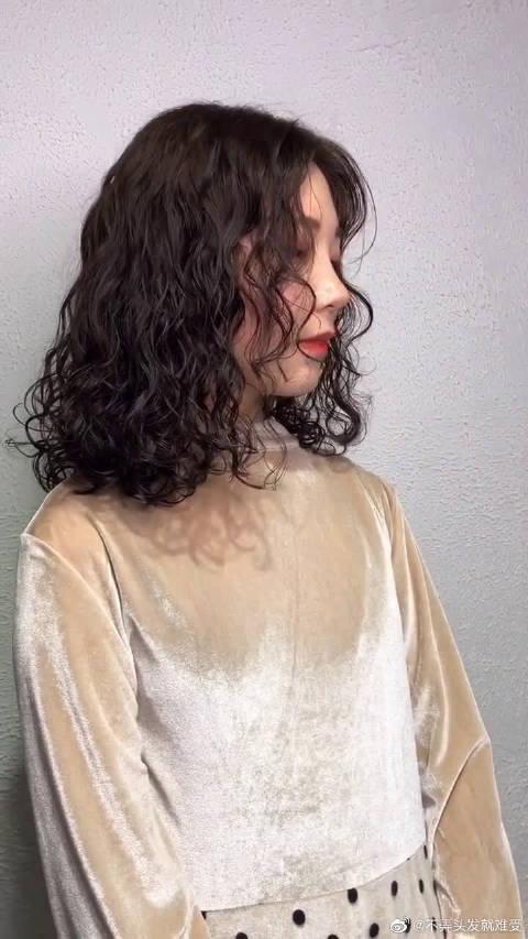 给这位美女设计了一款羊毛卷,锁骨发更加可爱