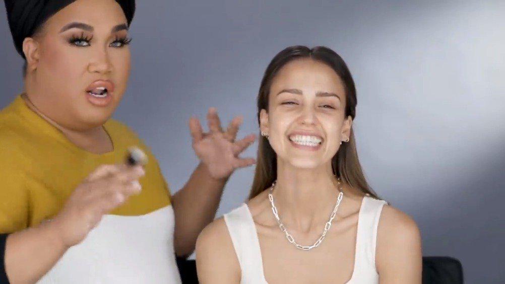 杰西卡阿尔芭和化妆师博主Patrick Starrr一起拍互拍化妆教程,这个是