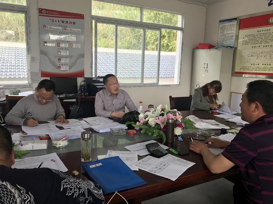 遂宁国家农业科技园区管委会到沱牌镇高新村指导脱贫攻坚工作