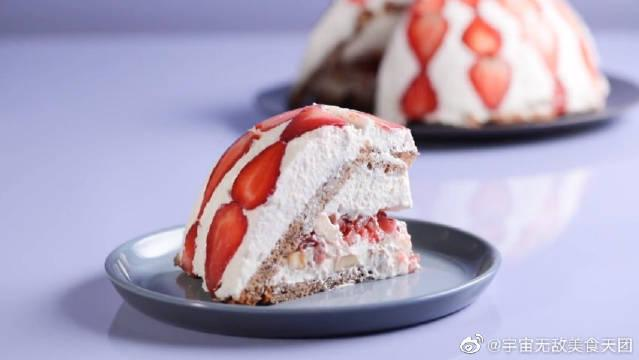 有香蕉和草莓的甜香包裹,这份冰盒蛋糕让人好想尝一口!赶快马住