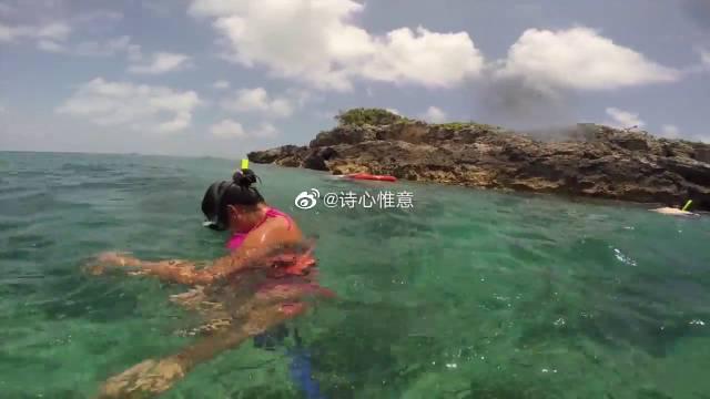 清澈见底的海水,在岛礁附近浮潜