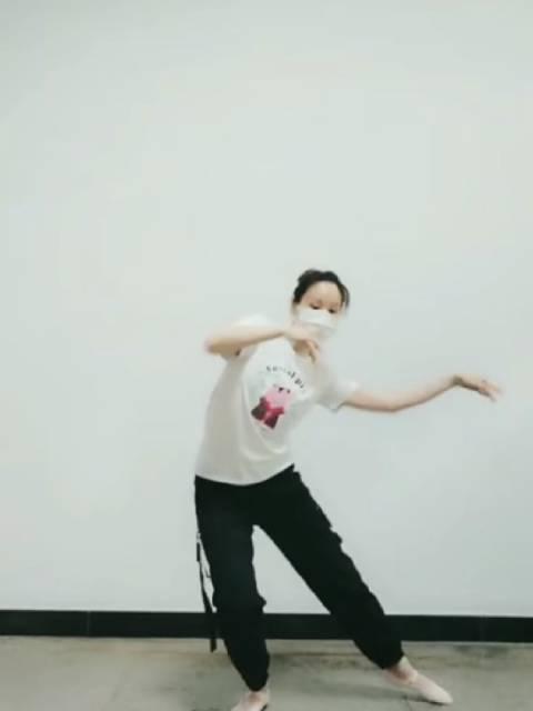 《火红的萨日朗》抖音火热的舞蹈,大家都是看过男的翻唱版,而忘记了