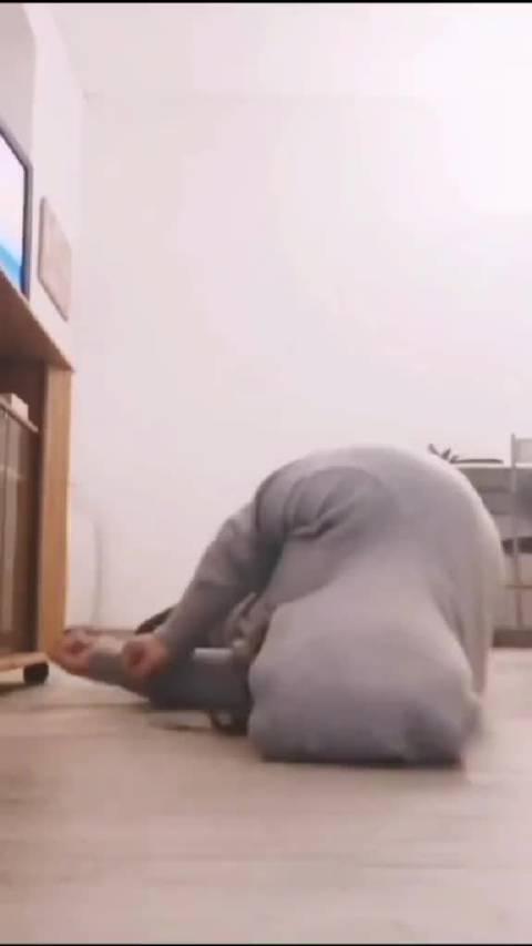 主人癫痫病突然发作,狗狗用自己的身体垫在主人头部防止撞伤