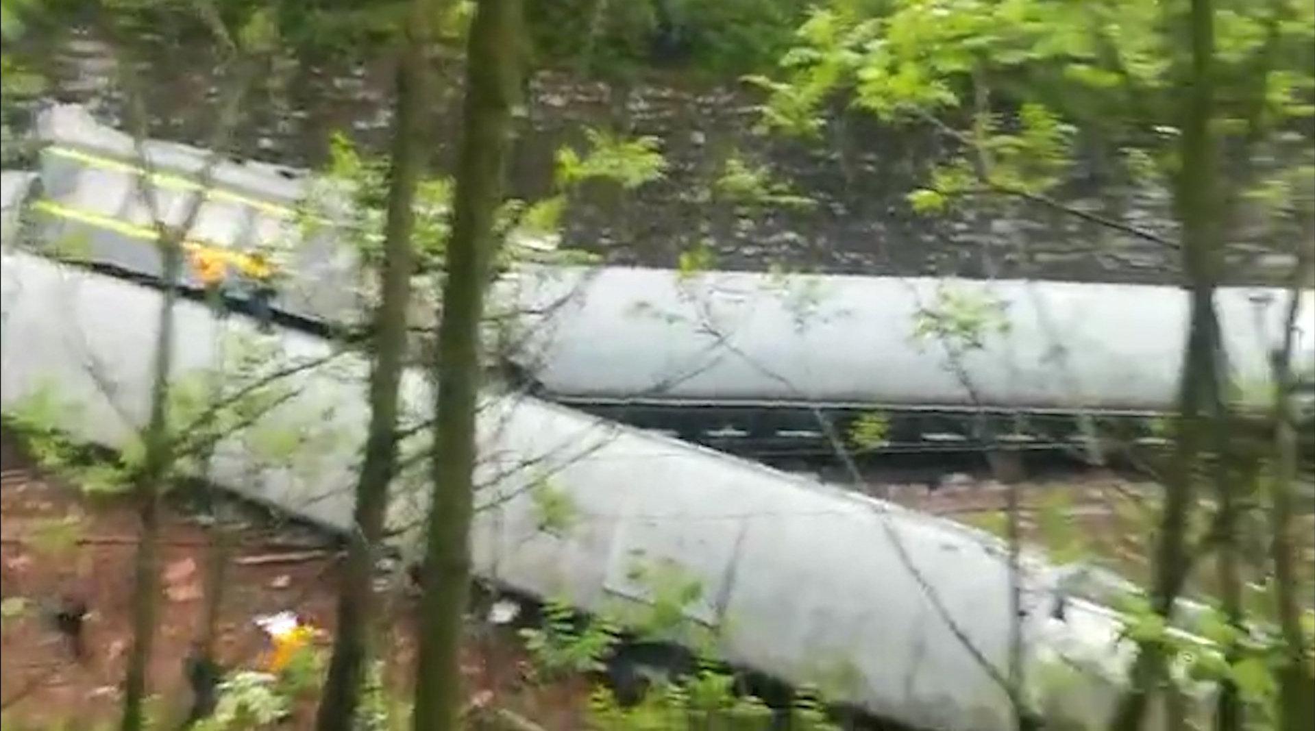 突发:京广铁路湖南郴州境内客运列车脱轨倾覆