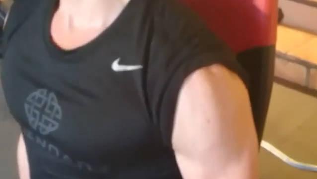 健身教练发出了抖森当年为拍摄《金刚:骷髅岛》而健身的存货视频