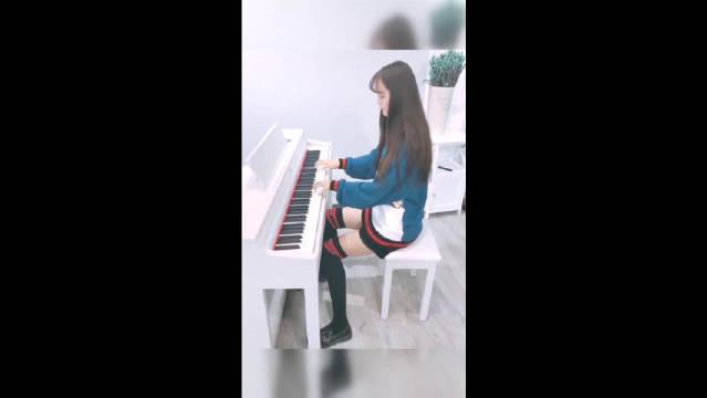 小姐姐钢琴弹奏《甩葱歌》,好可爱哦~