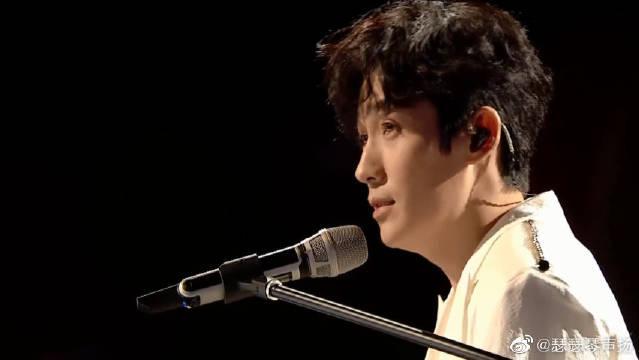 这首所有人都爱的歌曲,朱一龙现场钢琴演奏《男孩》