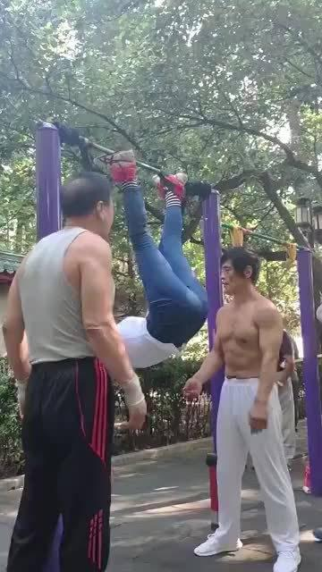 早晨公园里大爷大妈们是如何健身的