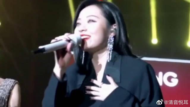 无伴奏清唱青城山下白素贞,唱功真是绝了,难道她有巨肺吗?