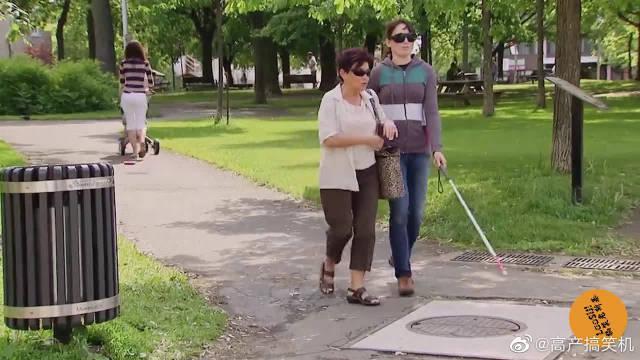 外国街头爆笑恶搞:女子假装盲人故意掉进下水道